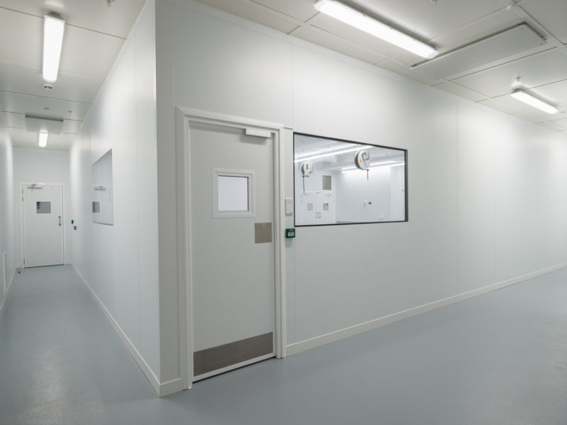 Cleanroom installation including flush cleanroom windows