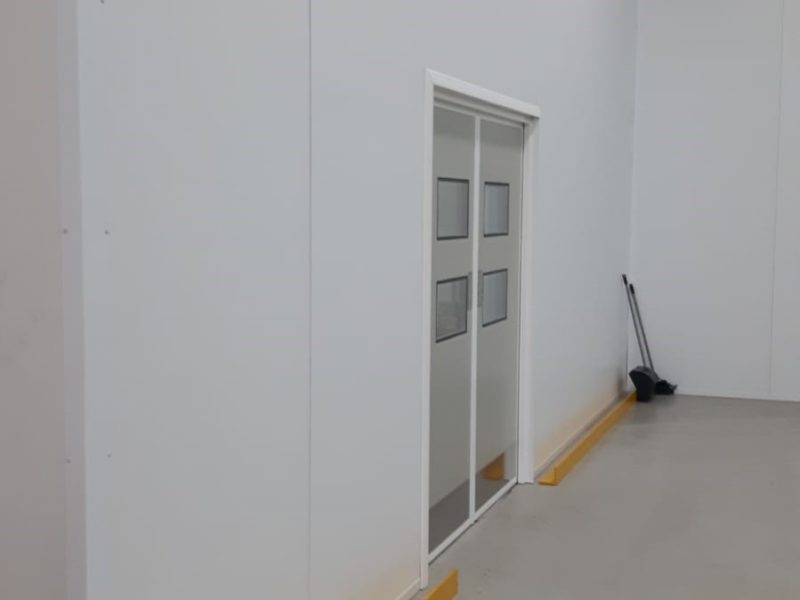 Cleanroom 80mm partitioning on site at medical device manufacturers